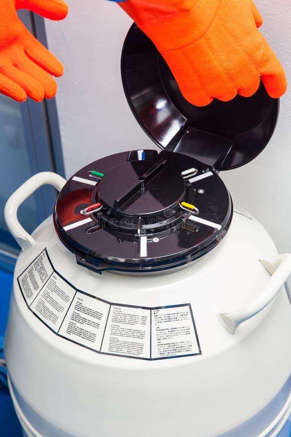 Ciekłego azota kriogeniczny zbiornik przy laboratorium obraz stock