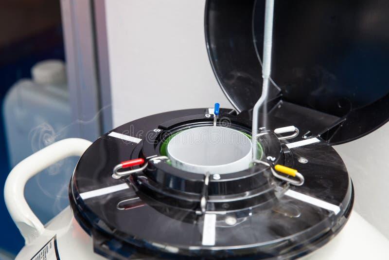 Ciekłego azota kriogeniczny zbiornik przy laboratorium zdjęcia royalty free