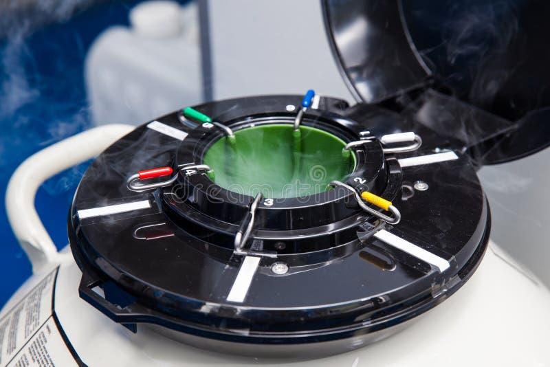 Ciekłego azota kriogeniczny zbiornik przy laboratorium zdjęcie royalty free