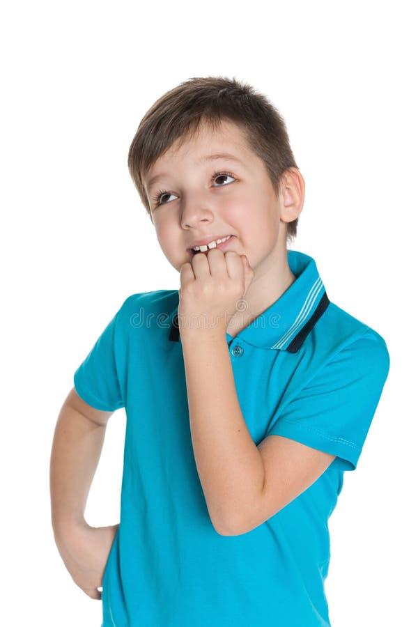 Ciekawa chłopiec przeciw bielowi fotografia royalty free