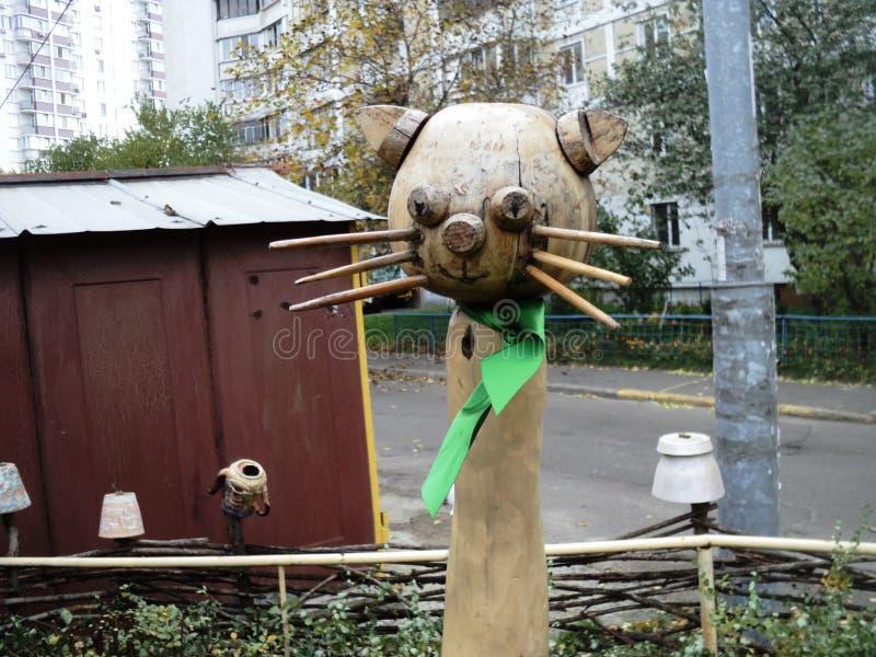 ciekawa drewniana rzeźba kot z zielonym łękiem na boisku dzwonił «Dobrą bajkę « zdjęcia royalty free