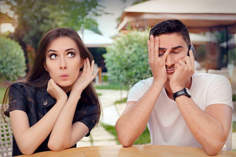 Ciekawa dziewczyna Słucha Jej chłopak Opowiada na telefonie zdjęcia stock