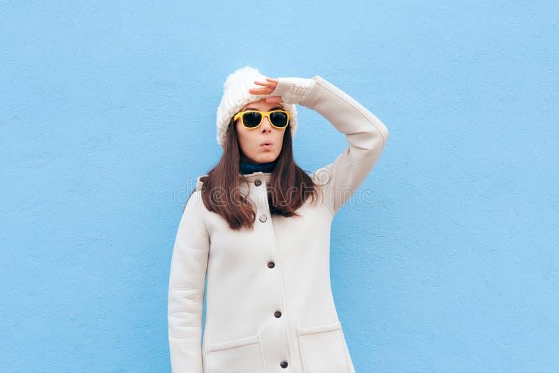 Ciekawa kobieta Szuka dla Coś Z okularami przeciwsłonecznymi obrazy royalty free