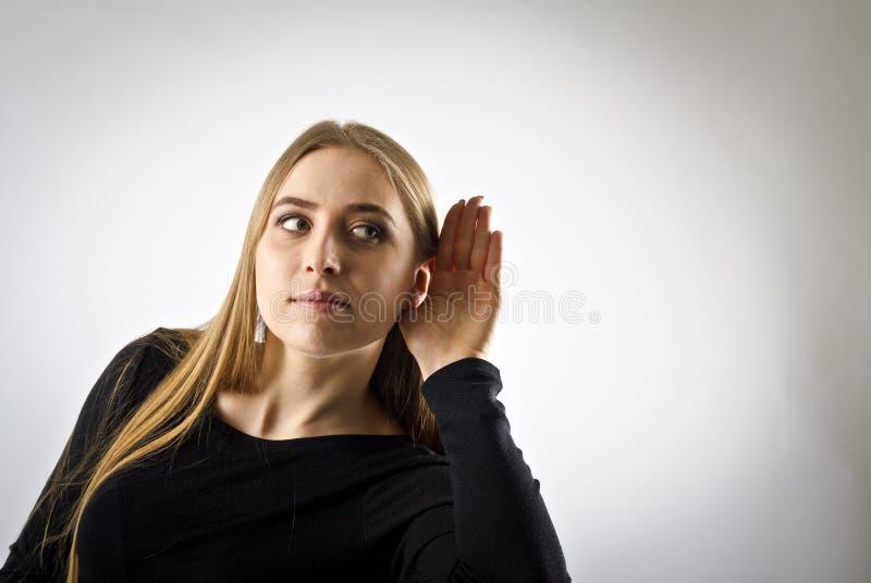 Ciekawa kobieta w czerni zdjęcia stock