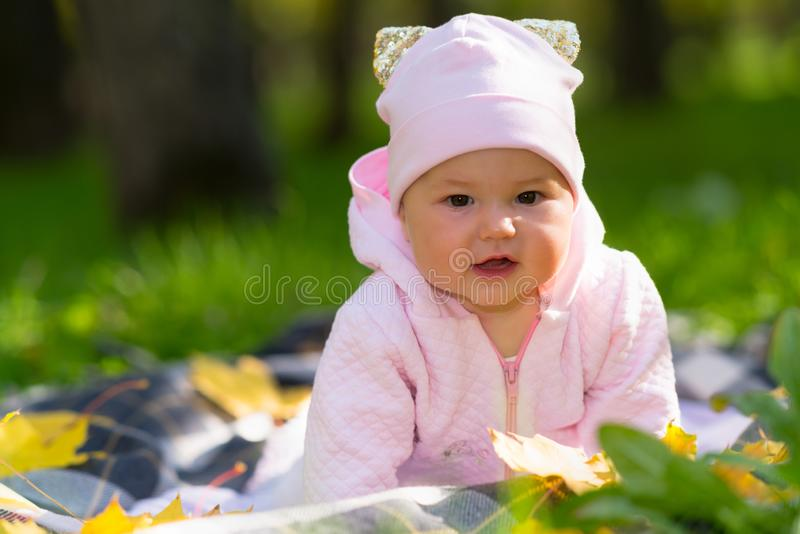 Ciekawa mała dziewczynka ogląda kamerę fotografia stock