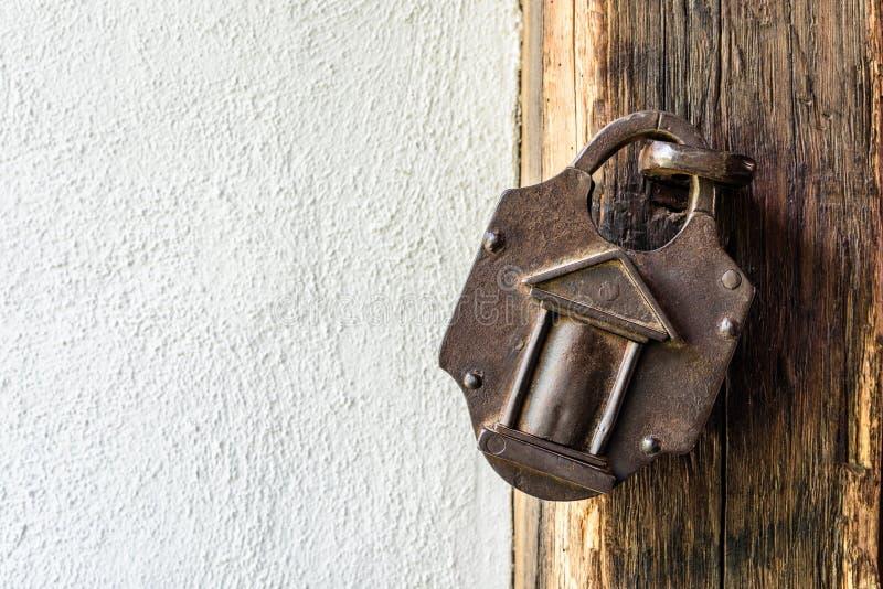 Ciekawa stara kłódka na drewnianym średniowiecznym drzwi obrazy stock