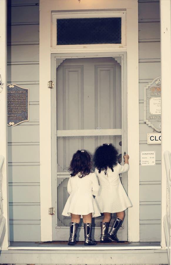 Ciekawe siostry zdjęcie stock