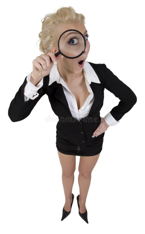 ciekawy detektywa g powiększenie gospodarstwa młodych kobiet zdjęcia stock