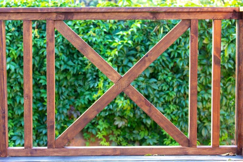 Ciekawy drewniany tarasu ogrodzenie zdjęcie royalty free