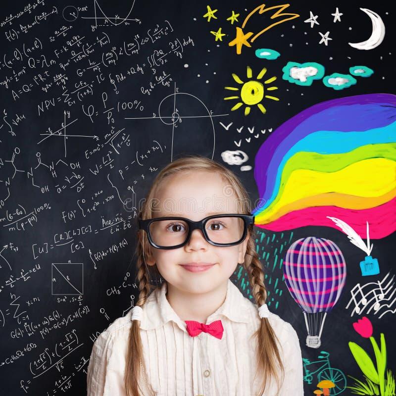 Ciekawy dziecko otwiera cudownego świat wiedza obraz stock