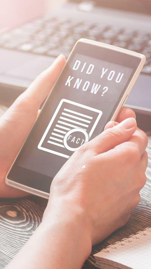Ciekawy fact pojęcie Tekst TY ZNAŁEŚ na smartphone ekranie Opowieści pokrywa obraz stock