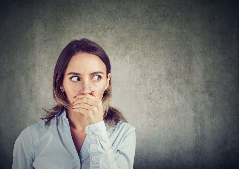 Ciekawy kobiety słuchanie plotki zdjęcia stock