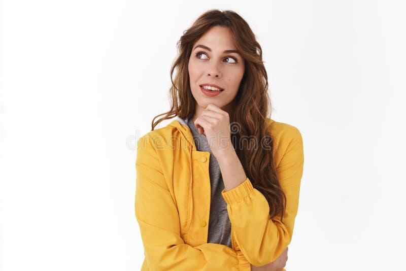 Ciekawy młody kreatywnie ładny bizneswoman rozpamiętywa planów oczy w górę rozważnego dotyka podbródka robi wyborowemu umysłowi,  zdjęcie royalty free