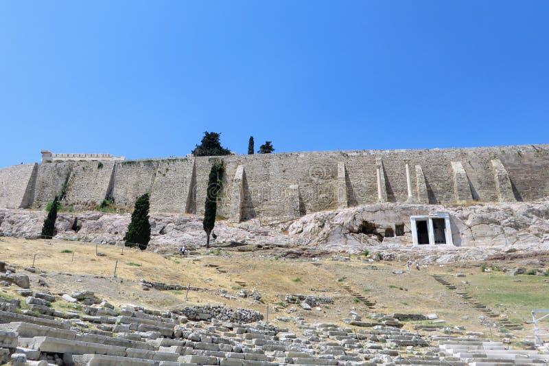 Ciekawy widok patrzeje do akropolu od Theatre Dionysus Eleuthereus Ateny rozważający być pierwszy theatre zdjęcie royalty free