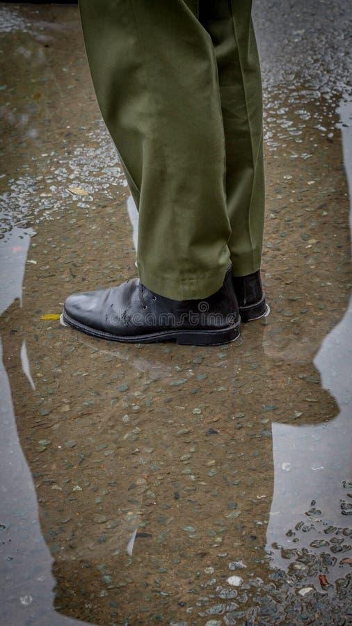 Cieki żołnierz trwanie cisza w mokrej ziemi obrazy stock