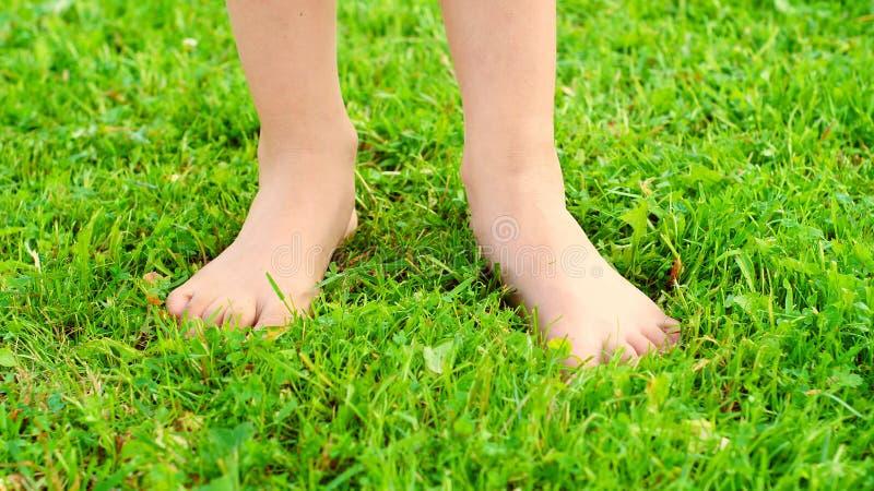 Cieki dziesięć roczniaka dziewczyna na zielonej trawie zdjęcie stock