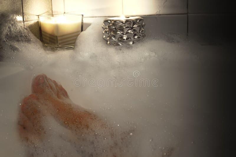 Cieki kobieta w bąbla skąpaniu, kobieta relaksuje w wannie, wydaje pokojowego czas w domu zdjęcie royalty free