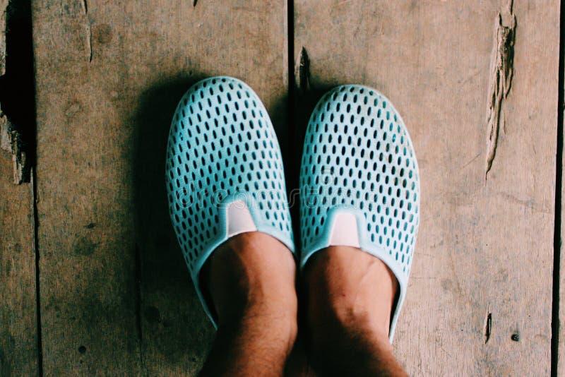 cieki które używają błękitnych gumowych buty zdjęcie royalty free