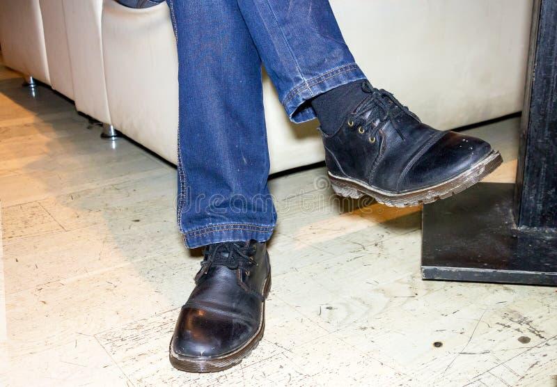 Cieki mężczyzna w czarnych butach zdjęcie stock