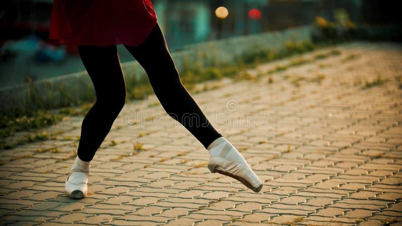 Cieki młodej kobiety baleriny taniec na dachu w pointe butach - zmierzch obraz royalty free
