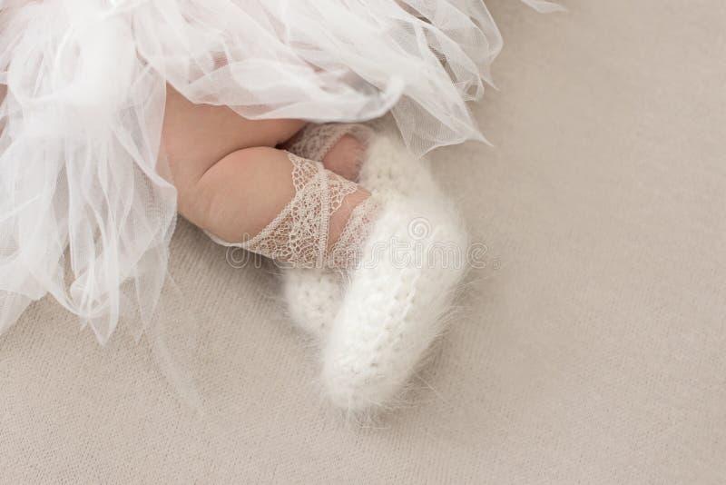 Cieki nowonarodzona dziewczyna, mała balerina w puszystych punktach, tancerz męczyli, spódniczka baletnicy spódnica, nowonarodzon obraz royalty free