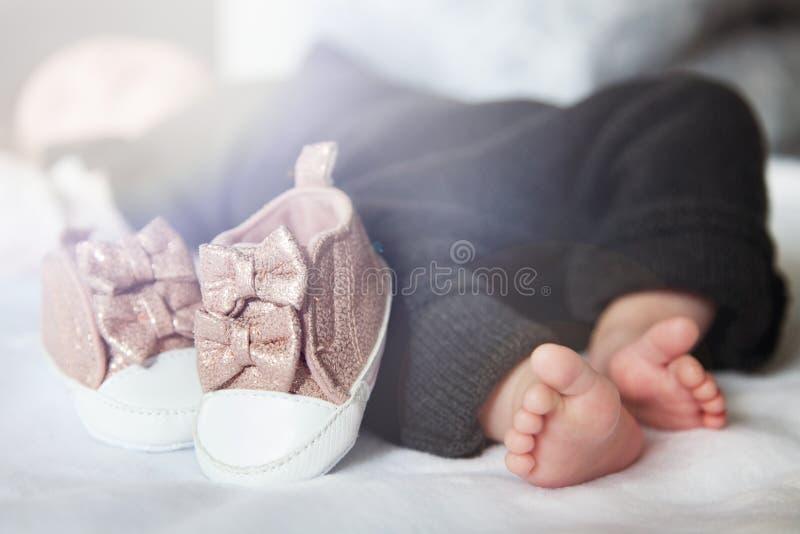 Cieki nowonarodzony dziecko E Piękny konceptualny wizerunek macierzyństwo fotografia royalty free