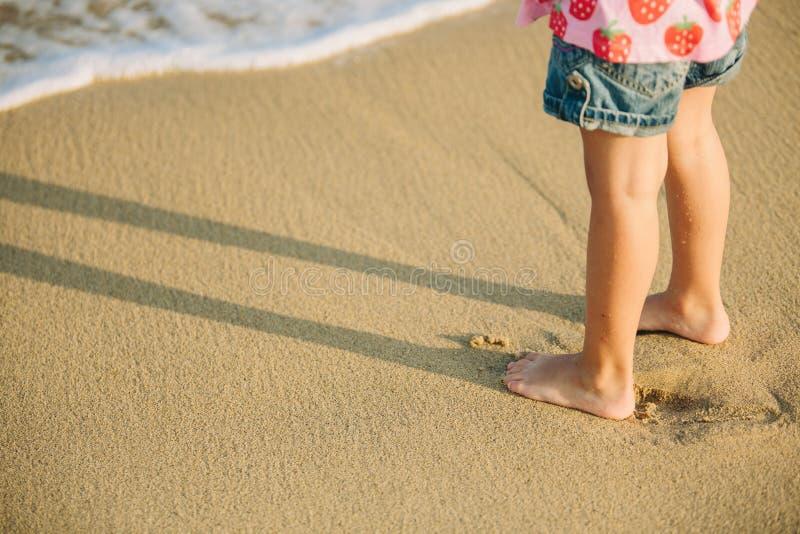 Cieki stoi samotnie mała dziewczynka fotografia royalty free