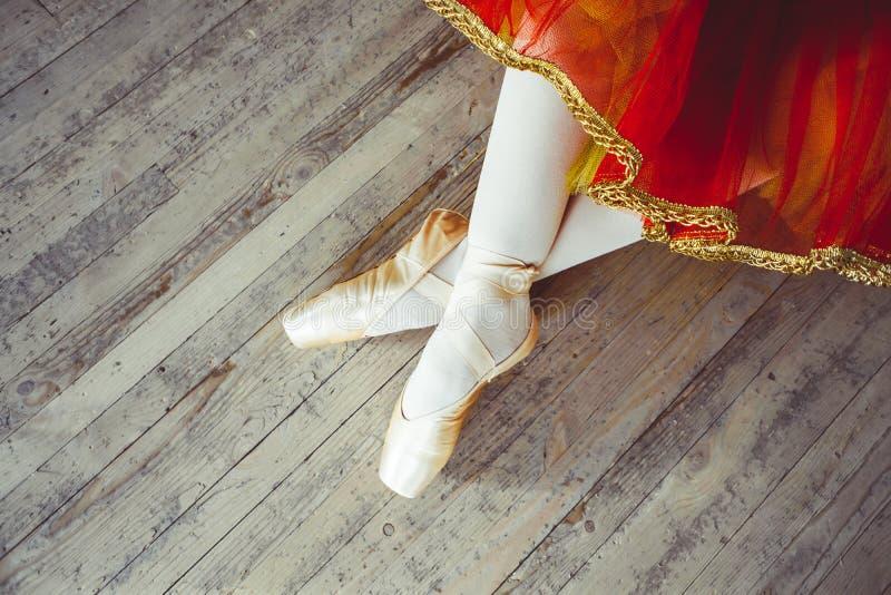 Cieki w Pointe butach na podłoga obraz stock