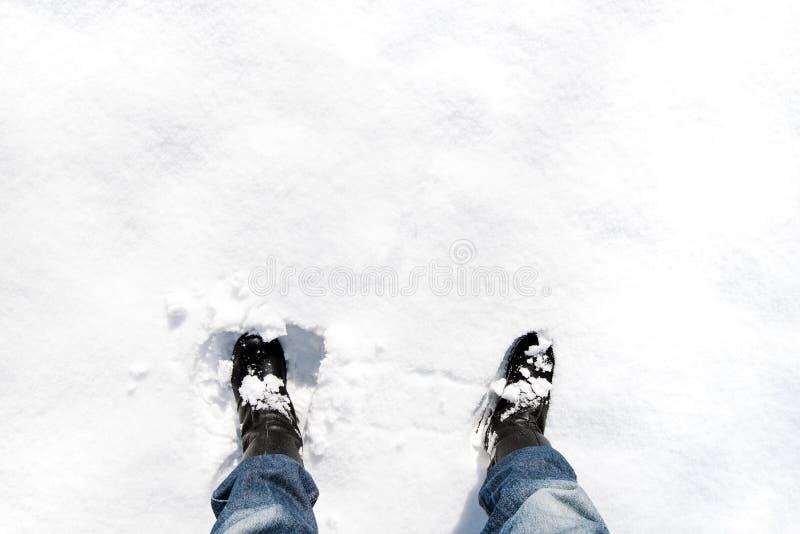 Cieki w rzemiennych butach w głębokim śniegu na pogodnej zimie wietrzeją obrazy stock