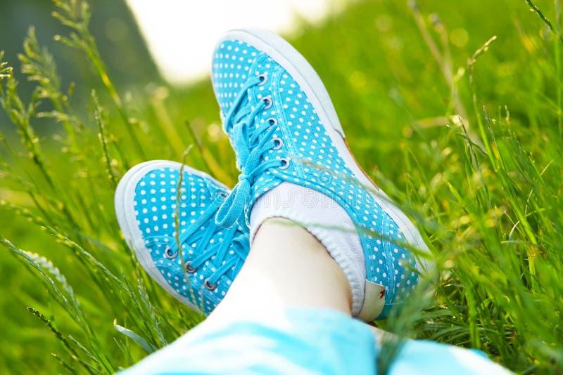 Cieki w sneakers na zielonej trawie obraz royalty free