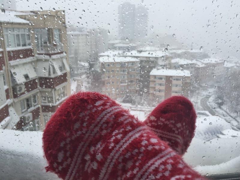 Cieki w wełien skarpetach przeciw ulicznemu widokowi pod śniegiem zdjęcia stock