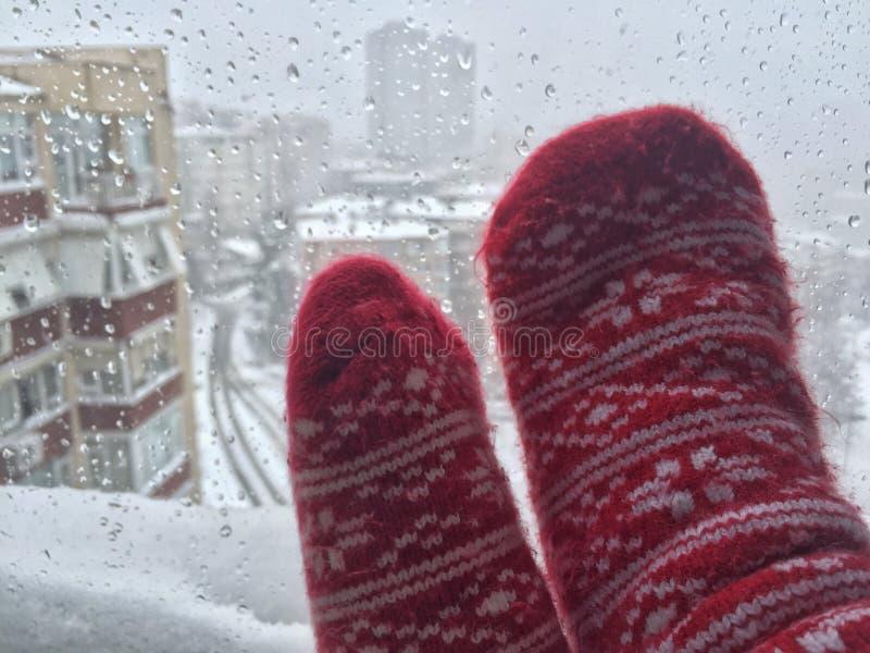 Cieki w wełien skarpetach przeciw ulicznemu widokowi pod śniegiem obraz stock