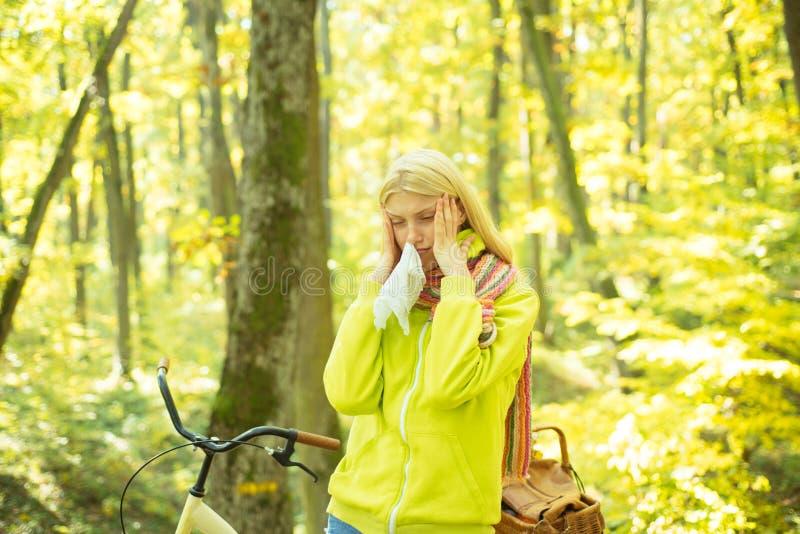 Cieknącego nosa remedia Kobiety chusteczki kichnięcie przez alergii Blondynki alergiczna reakcja relaksuje lasowego dziewczyna bi zdjęcie stock