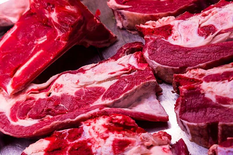 Cielęcina stku kawałka porci kości płaskiej wielkiej części tacy gospodarstwa rolnego surowa jaskrawa czerwień pokrajać tnący ryn zdjęcia royalty free