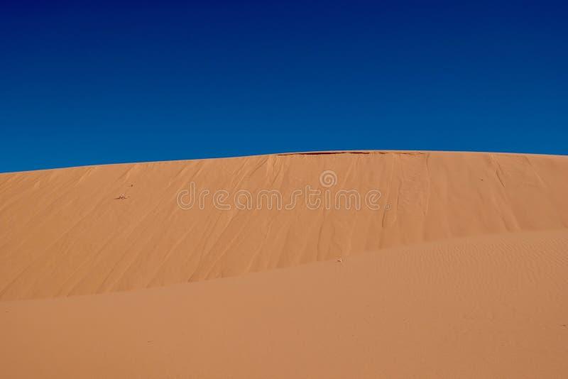 Ciel à sable jaune et bleu image stock