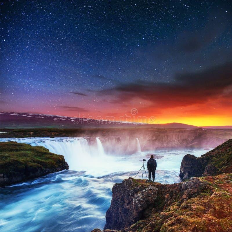 Ciel étoilé au-dessus d'une cascade islandaise très belle Hodafoss photo libre de droits
