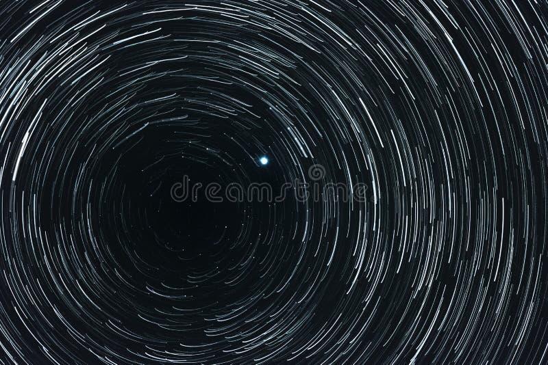 Ciel étoilé avec des traînées photographie stock