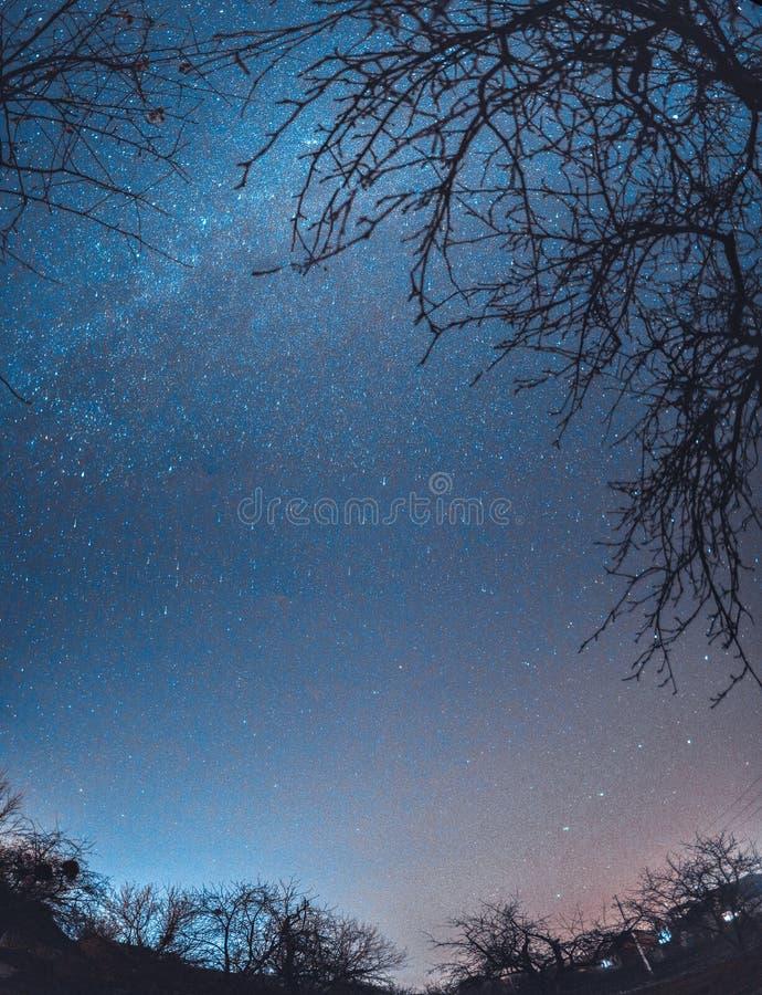 Ciel étoilé d'hiver de nuit au-dessus du village Paysage d'Astro photos libres de droits