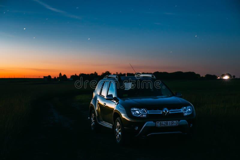 Ciel étoilé de nuit au-dessus des terres de pré de Renault Duster Suv In Summer photo stock