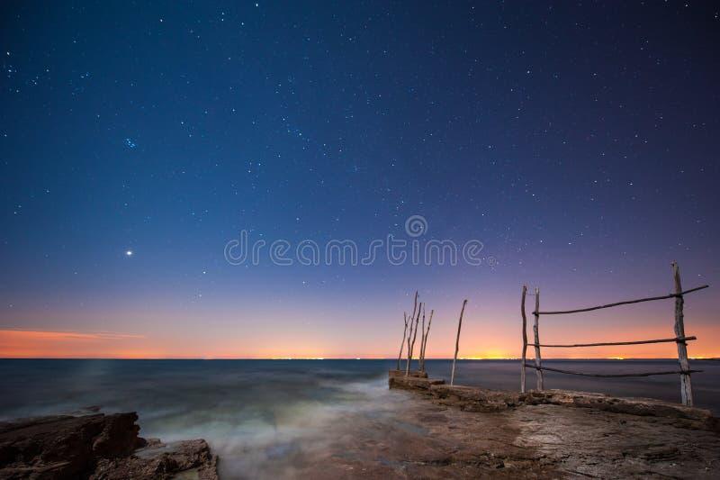 Ciel étoilé en mer images stock