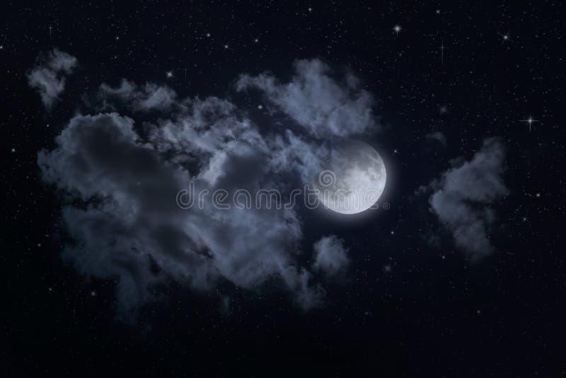 Ciel étoilé et lune de nuit photographie stock libre de droits