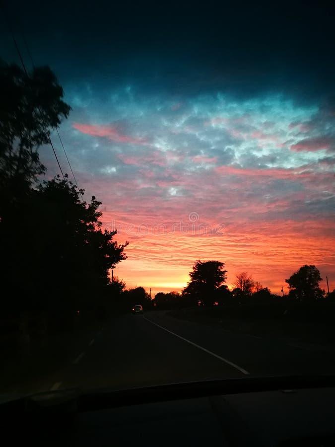 Ciel étonnant de rouge de soirée de coucher du soleil image libre de droits
