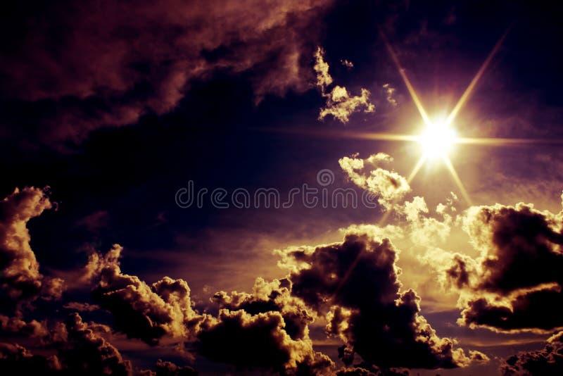 Ciel étranger avec le soleil et les nuages excessifs images stock