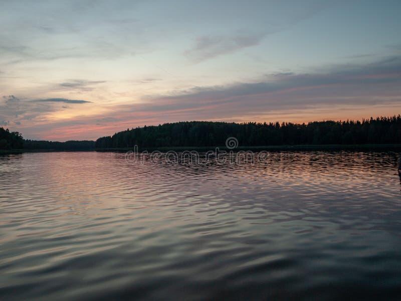 Ciel après coucher du soleil, silhouette foncée de forêt photos libres de droits