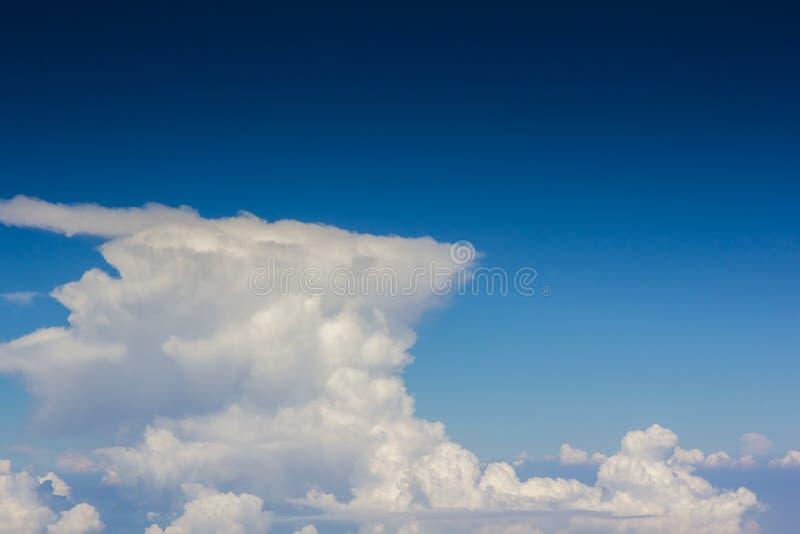 Ciel au-dessus de couche de nuage images stock