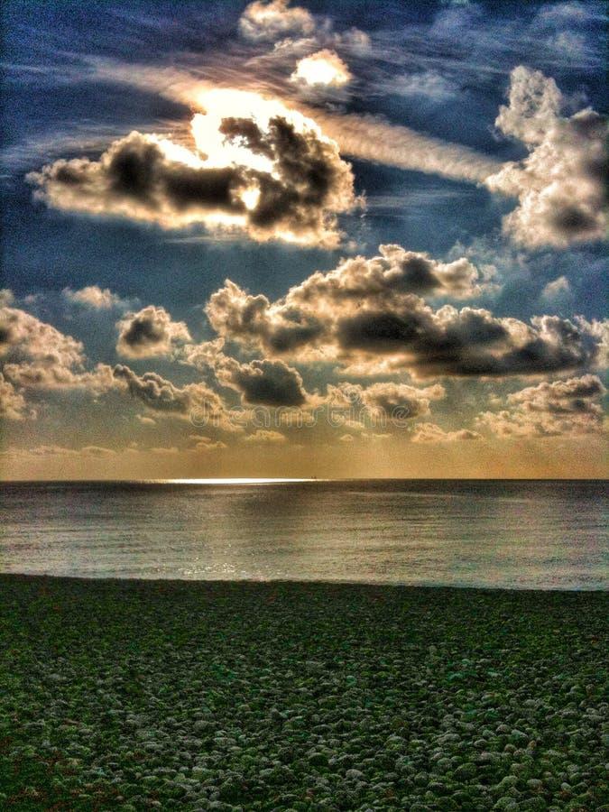 Ciel au-dessus de la plage à Nice photos stock