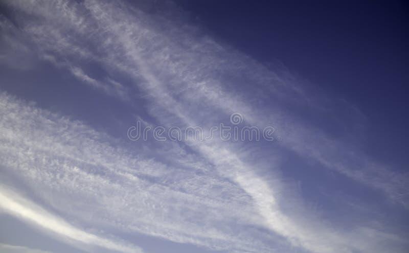 Ciel avec des contrails photos libres de droits