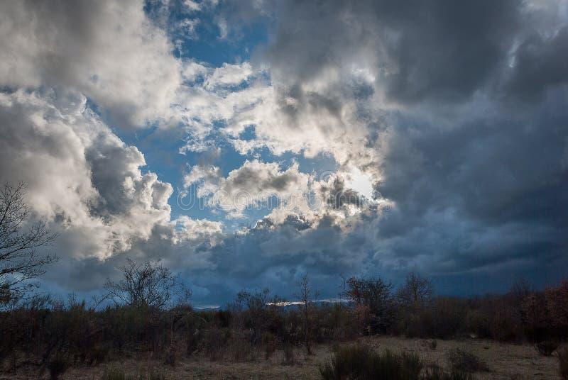 Ciel avec des nuages de temp?te images libres de droits