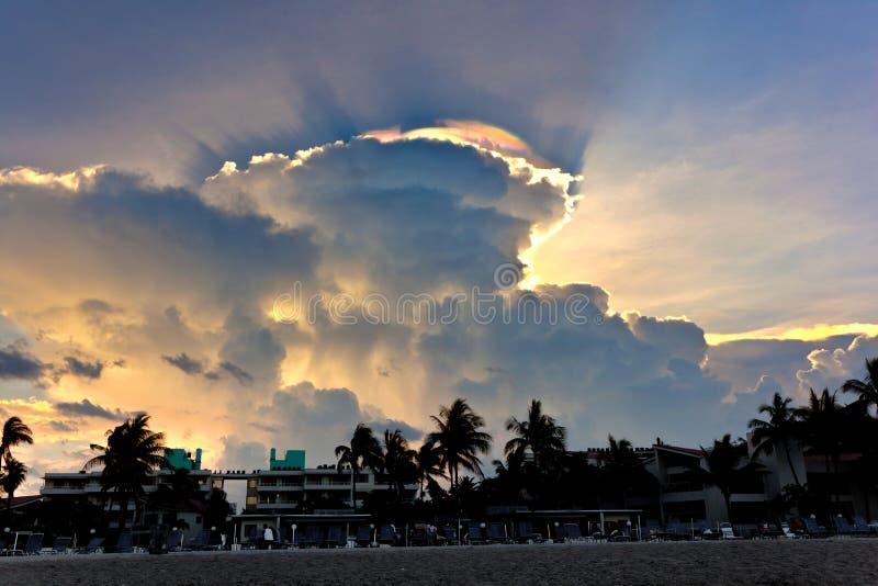 Ciel avec des nuages et des réflexions de la lumière colorées de PRISMA images libres de droits