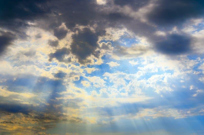 Ciel avec des nuages et des rayons du soleil images stock